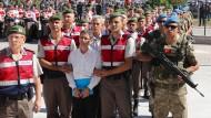 Putschisten? Kemal Batmaz (vorne) und Akin Öztürk (zweite Reihe) werden in Ankara vor Gericht gebracht.