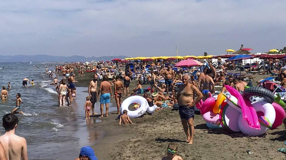 Im Juli an einem Strand im italienischen Fregene nahe Rom