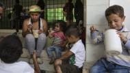 Oriana Caraballo teilt sich ein Mahlzeit mit ihren drei Kindern.