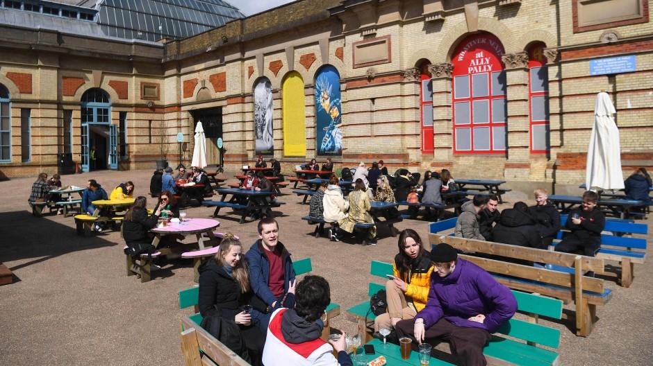 Wieder geöffnet: Die Terrassen-Bar des Alexandra Palace im Norden Londons am 12. April.