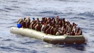 Sie kommen auf Gummibooten, die den Schleppern nicht ausgehen: Flüchtlinge vor der Küste der italienischen Insel Lampedusa.