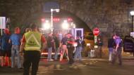 Polizei und Spezialisten stehen an dem Ort, wo der Sprengsatz in Elizabeth gefunden wurde.