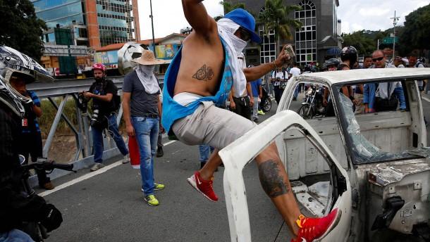 Opposition und Chavisten demonstrieren