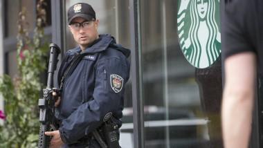 Ein Polizist beobachtet vor einem Starbucks-Shop in Ottawa nach der Schießerei im Regierungsviertel die Umgebung