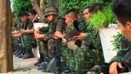 Nachdem in Thailand der Ausnahmezustand verhängt wurde, erhält das Militär weitreichende Befugnisse. Es darf alle Mittel einsetzen, um Aufstände zu unterbinden. Nach Ministerangaben übt die Regierung in Bangkok aber weiter die Macht aus.