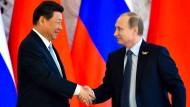 Der russische und der chinesische Präsident Wladimir Putin und Xi Jinping freuen sich im Mai im Kreml über abgeschlossene Geschäft.