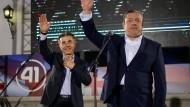 """Regierungschef Giorgi Kwirikaschwili (r) und der Parteichef Bidzina Iwanischwili feiern den Erfolg des """"Georgischen Traums""""."""