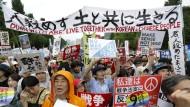 Massenproteste gegen geplante Militäreinsätze