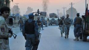 Afghanischen Polizisten und Sicherheitskräfte erreichen die Anschlagstelle in Dschalalabad