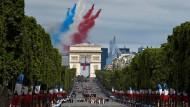 Alle Jahre wieder: Die französische Flagge, von Militärflugzeugen über den Arc de Triomphe in den Himmel gemalt, ist längst zum Symbol der Feierlichkeiten am 14. Juli geworden.