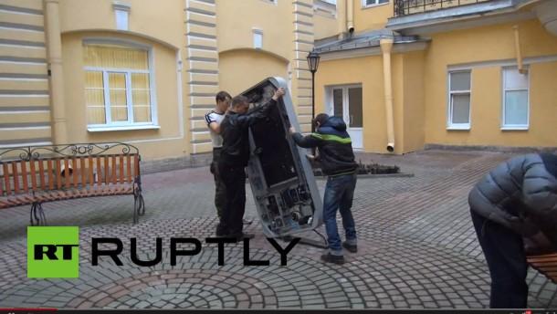 Russen reißen nach Cook-Outing iPhone-Statue ab