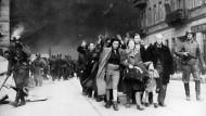 Am Ende des Aufstands: Deutsche SS-Soldaten führen eine Gruppe von Juden aus dem Warschauer Getto - in die Vernichtungslager