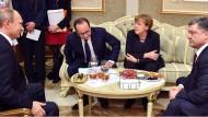 Kräftezehrende Verhandlungen: Immer wieder setzten Wladimir Putin, Angela Merkel, François Hollande und Petro Poroschenko neu an. Die Nacht wird dabei länger und länger.