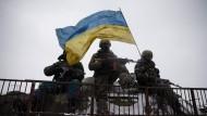 Ukrainische Soldaten am Montag in der Nähe von Debalzewe.