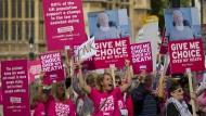 Befürworter der Sterbehilfe machten vor dem Parlament ihre Position deutlich.