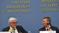 Steinmeier und der lettische Außenminister Rinkevics bei einer Pressekonferenz in Riga.