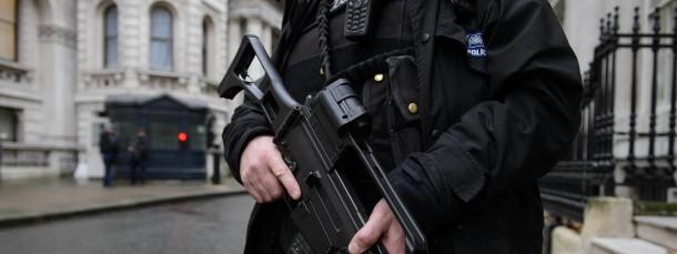 In erhöhter Alarmbereitschaft: Polizist am Mittwoch in der Downing Street im Londoner Regierungsviertel