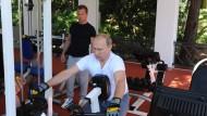 Macht Wladimir Putin schlapp? Der russische Präsident mit Ministerpräsident Dmitrij Medwedjew in Sotschi.