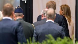 Niederländisches Königspaar trifft Angehörige von Opfern