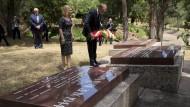 Am Mahnmal: der polnische Ministerpräsident Donald Tusk und seine Frau Malgorzata
