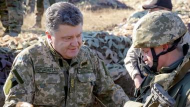 Der ukrainische Präsident Petro Poroschenko mit einem Soldaten in der Ostukraine: In sechs Jahren will das Land in die Nato.