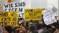 """Auch """"Bärgida""""-Demonstranten nahmen Bezug auf den Fall eines angeblich vergewaltigten Mädchens."""
