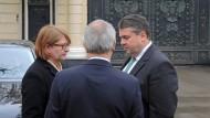 Draußen vor dem Tore: Schon im März vergangenen Jahres wartete Sigmar Gabriel vor Putins Residenz auf Einlass.