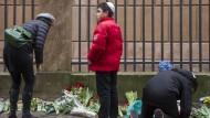 Fassungslos, ratlos: Trauernde vor der Synagoge in Kopenhagen