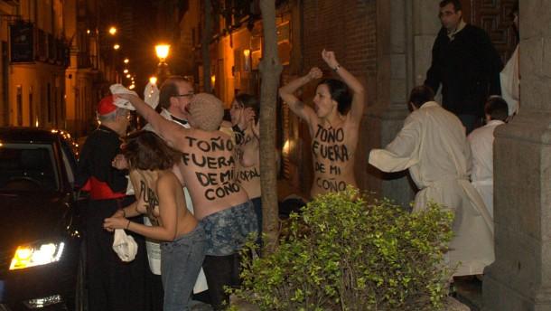 Femen-Aktivistinnen attackieren Erzbischof
