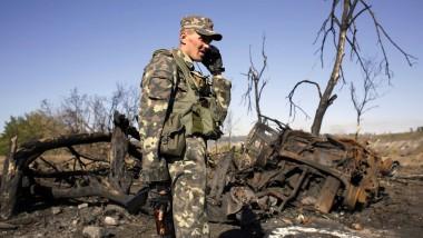 Neue Gewalt: Ein ukrainischer Soldat inspiziert am 19. September nach einem Bombenanschlag die Reste eines Militärlager in der Region Luhansk