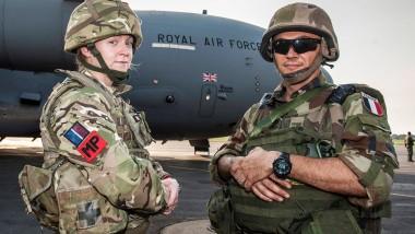 Bald unter EU-Flagge? Ein Angehörige der britischen Militärpolizei und ein französischer Soldat Mitte Dezember am Flughafen von Bangui