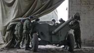 Ukrainische Soldaten ziehen mit ihrem Geschütz nach den Bedingungen der Waffenstillstandsvereinbarungen von der Frontlinie ab.