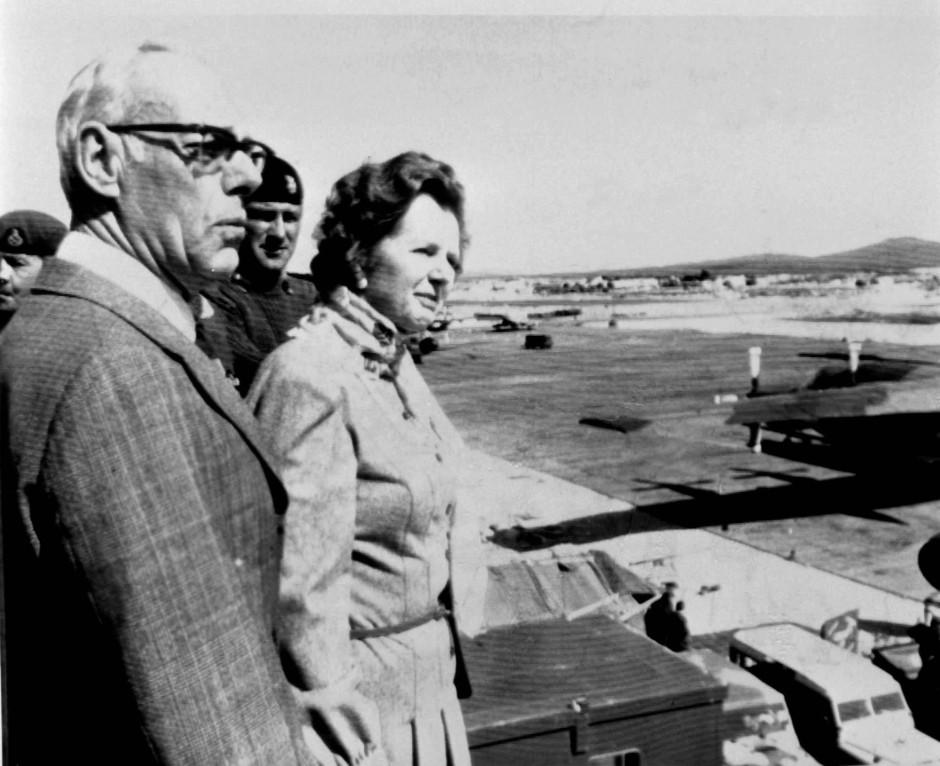 Falklandbesuch 1983: Die britische Premierministerin Margaret Thatcher und ihr Ehemann Denis schauen auf dem Flughafen der Royal Air Force in Port Stanley einer Demonstration von Phantom-Flugzeugen zu