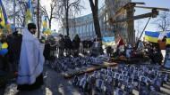 Ein Jahr nach den blutigen Zusammenstößen auf dem Majdan erinnern Menschen an die Getöteten.
