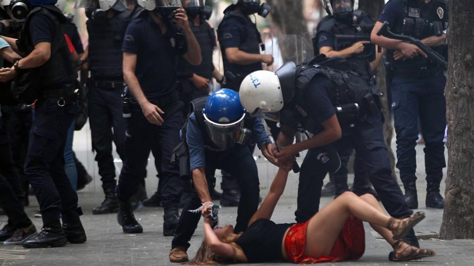 Festnahme einer Demonstrantin in Ankara nach dem Attentat in Suruc