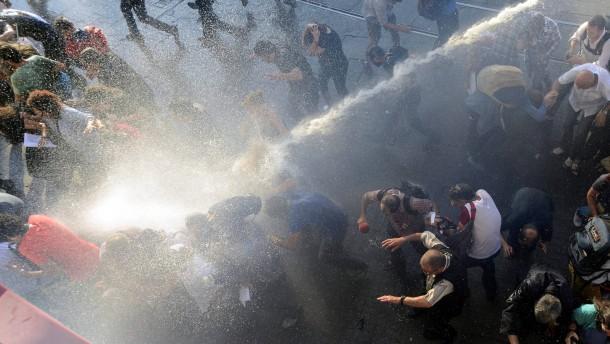 Polizei setzt wieder Tränengas gegen Demonstranten ein