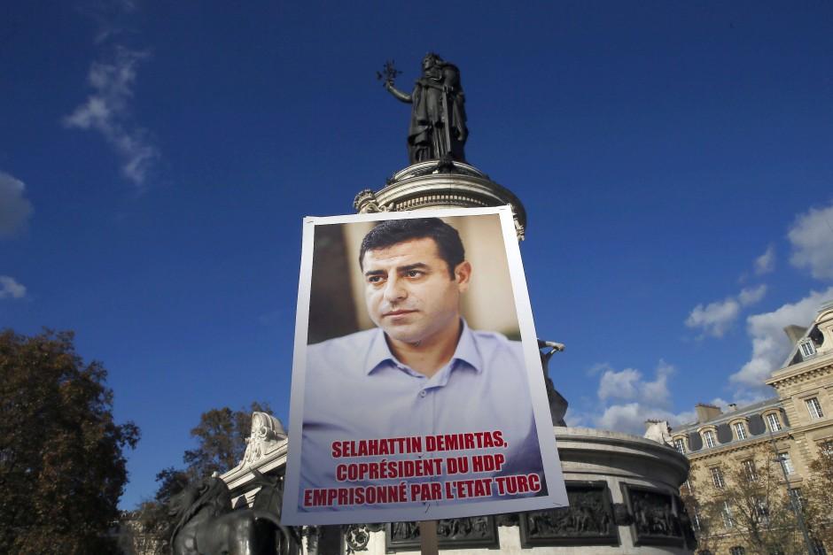 Einer der verhafteten HDP-Politiker: Der Ko-Vorsitzende Selahattin Demirtas auf einem Protestplakat in Paris
