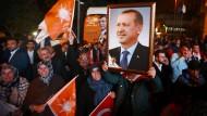 In Feierlaune: AKP-Anhänger am Sonntagabend vor der Parteizentrale in Istanbul