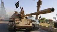 Mit Panzern gehen die Kämpfer des IS (Foto: im Sommer in der Provinz Rakka) gegen die Yeziden im Sindschargebirge vor