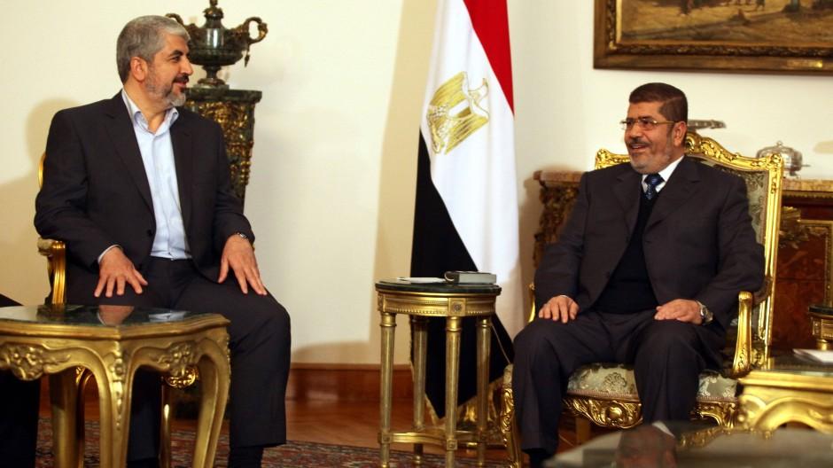 Ägyptens Präsident Muhammad Mursi (rechts) empfängt Hamas-Führer Khaled Meschal