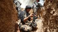Ein Kämpfer der islamistischen Rebellengruppe Dschaisch al Islam in einem Stellungsgraben in der Nähe der syrischen Hauptstadt Damaskus.