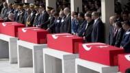 Der türkische Premierminister zusammen mit ranghohen Gästen bei der Trauerfeier am 19. Februar für die Opfer des Terroranschlags in Ankara.