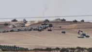 Kräfte der Freien Syrischen Armee und türkische Panzer rücken zusammen vor.