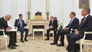 Während Assad nur von seinem Übersetzer unterstützt wurde, hatte Putin auch seinen Verteidigungs- (r.) und seinen Außenminister an seiner Seite.