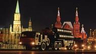 Russische Raketenabwehreinheiten vom Typ S-300 rollen anlässlich einer Militärparade über den Roten Platz in Moskau