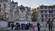 Menschen fliehen aus den zerstörten Vierteln der umkämpften syrischen Stadt Aleppo.