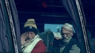 Dem Krieg entronnen: Alte Bewohner verlassen in Bussen ihre Heimatstadt