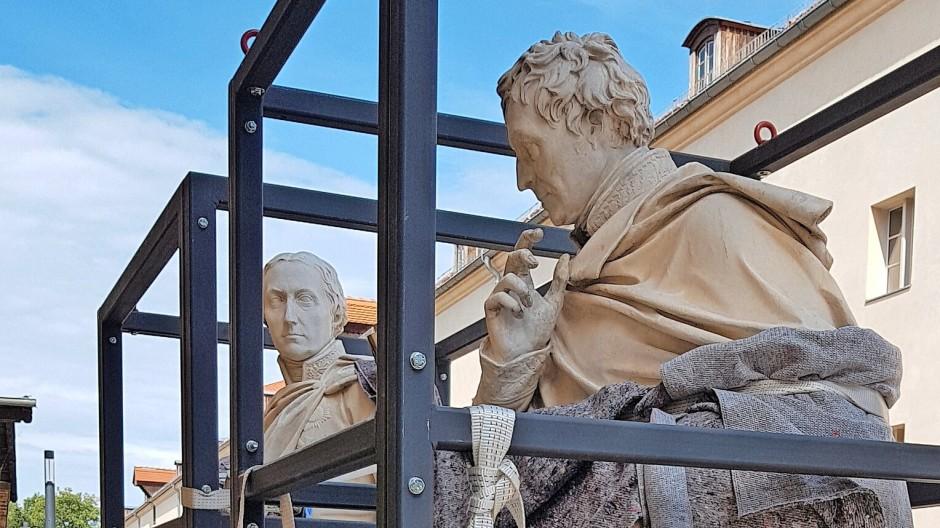 Eingerüstetes Gedenken: Die Statuen vor dem Abtransport