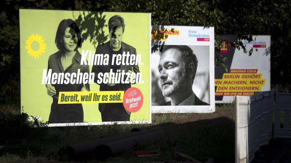 Wahlplakate von FDP und Grünen im September in Berlin