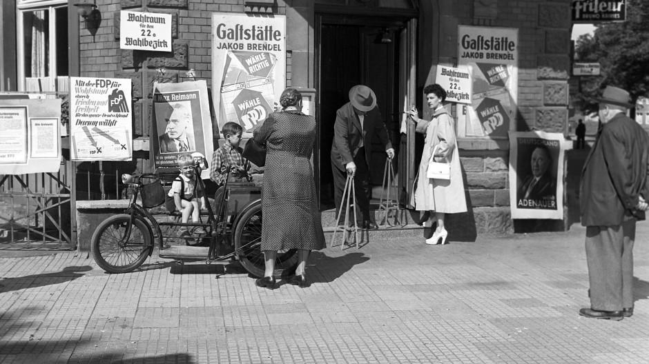 Wahllokal in einer Gaststätte: Bei der Bundestagswahl am 6. September 1953 in Frankfurt
